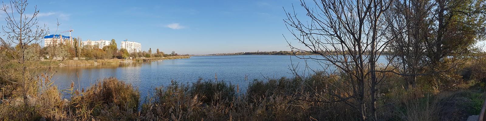 Панорама Михайловского озера в городе Саки